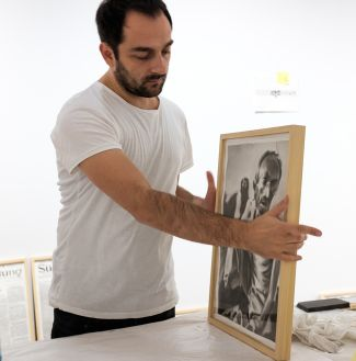 The painter Vladimir Miladinović was an Artist in Residence in Munich and created brand new works from the newspaper archives of SZ and FAZ. (Photo: Robert Pupeter).
